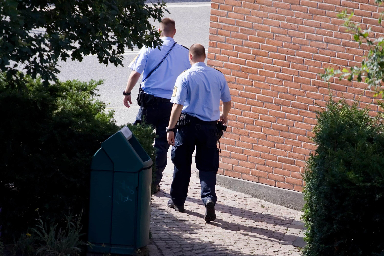 To politimænd i uniform.